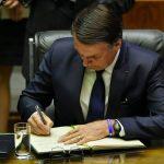 Jair Bolsonaro assina documento antes de fazer o juramento como presidente do Brasil
